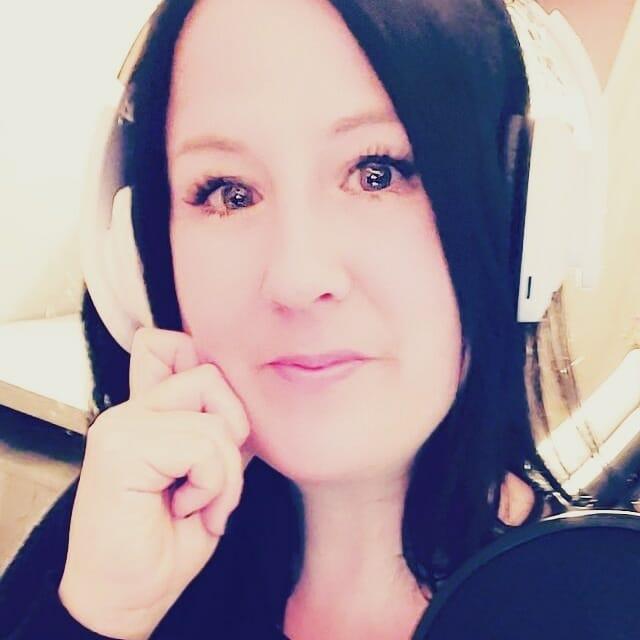 Annne St-Amand - Avec un casque d'écoute